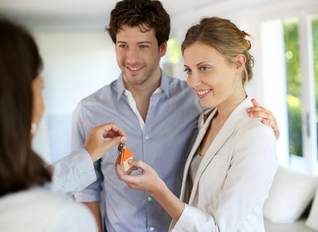 couple-receiving-house-keys-1